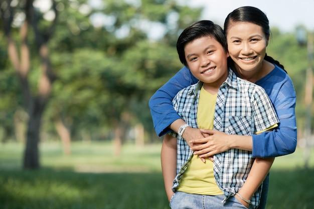 Passar o dia com a mãe no parque público Foto gratuita