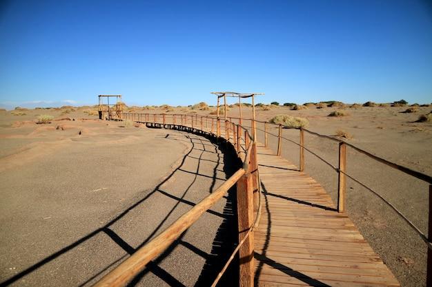 Passarela de madeira no sítio arqueológico de tulor Foto Premium