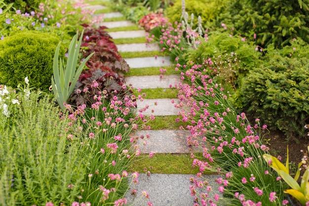Passarelas de jardim feitas de lajes de pavimentação Foto Premium
