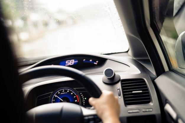 Passeio seguro em dia chuvoso, controle de velocidade e distância de segurança na estrada Foto Premium