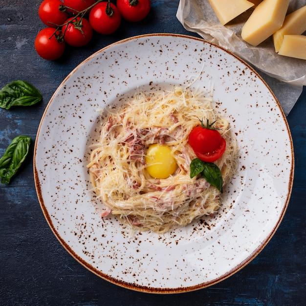 Pasta alla carbonara. cozinha italiana tradicional. vista do topo Foto Premium