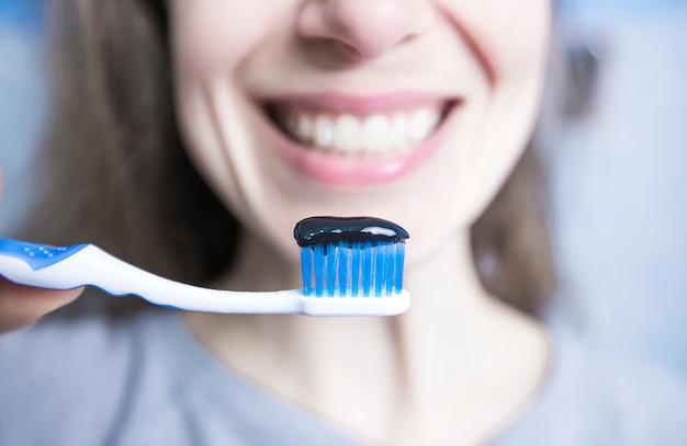 Pasta de dentes e escova de carvão ativado preto. carvão. Foto Premium