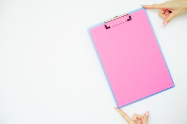 Pasta em branco com papel rosa. Foto Premium