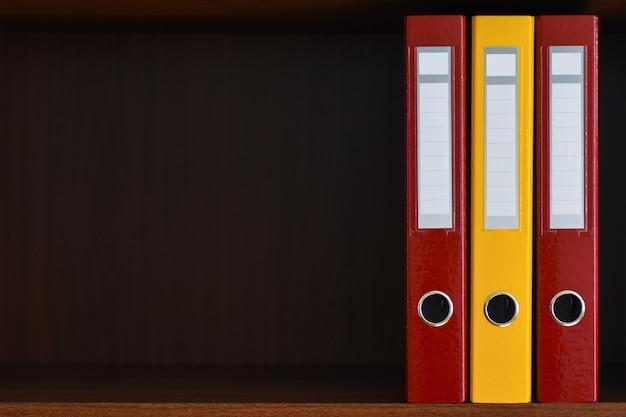 Pastas para documentos no armário na prateleira no escritório Foto Premium