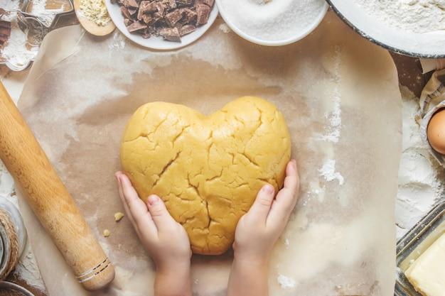 Pastelaria, bolos, cozinhe as próprias mãos. foco seletivo. Foto Premium