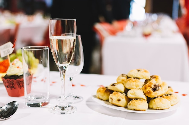 Pastelaria checa tradicional em uma festa de festa de casamento Foto gratuita