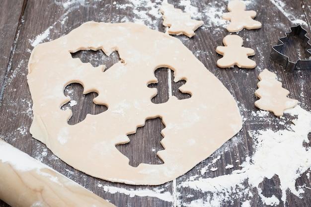 Pastelaria com formas de árvore de natal e homem de corte Foto gratuita