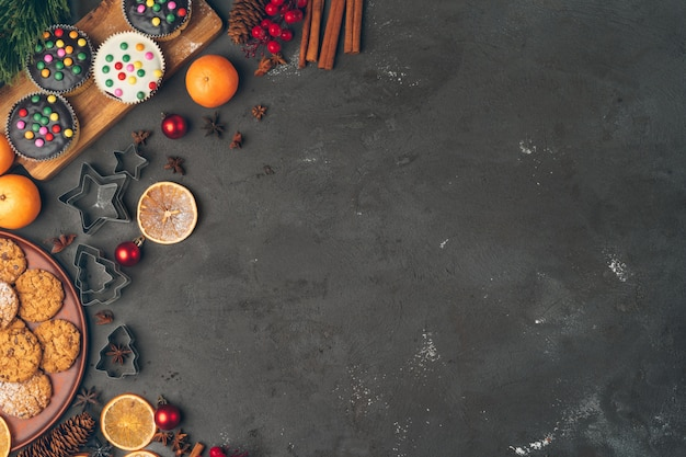 Pastelaria de natal cozinhar. conceito festivo de culinária de natal Foto Premium