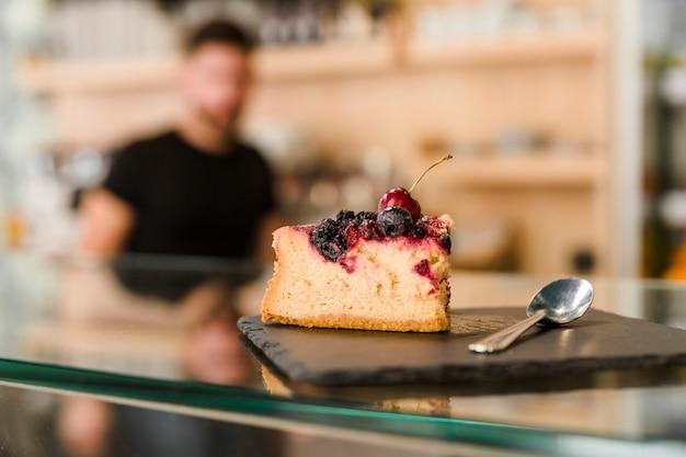 Pastelaria deliciosa baga no balcão de vidro Foto gratuita
