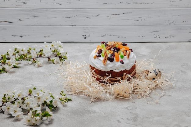 Pastelaria e ovos de páscoa em um fundo de concreto Foto gratuita