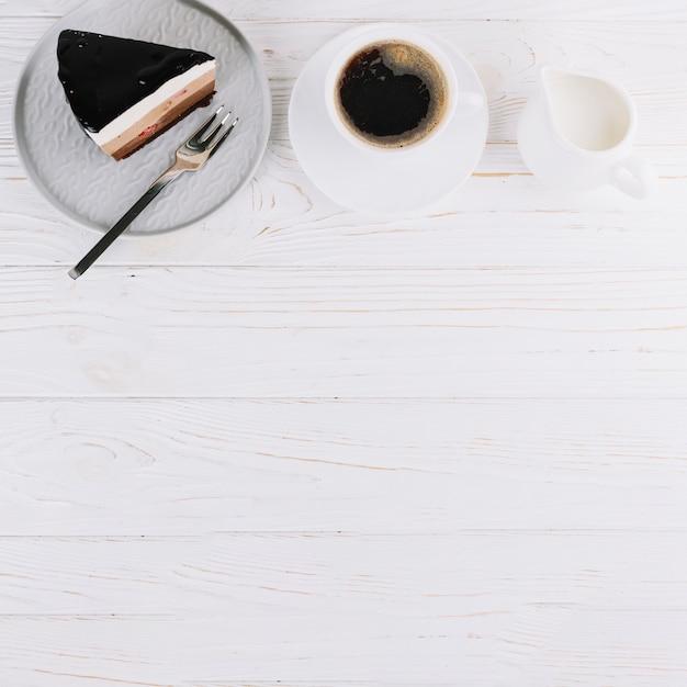 Pastelaria fresca e chá no café da manhã na mesa de madeira Foto gratuita