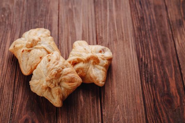 Pastelaria fresca em uma mesa de madeira Foto Premium