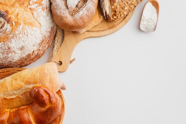 Pastelaria na cesta e placa de madeira Foto gratuita
