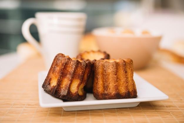 Pastelaria pequena no prato na mesa Foto gratuita