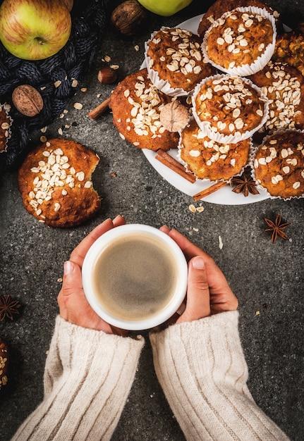 Pastelarias de outono inverno. comida vegana. biscoitos saudáveis, muffins com nozes, maçãs, flocos de aveia Foto Premium