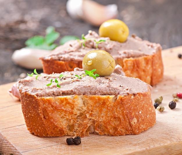 Patê de fígado caseiro frango lanche carne com salgados e azeitonas Foto gratuita