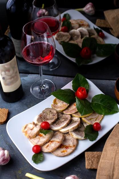 Patê, juntamente com vermelho tomate cereja vinho tinto saboroso patê dentro de chapa branca Foto gratuita