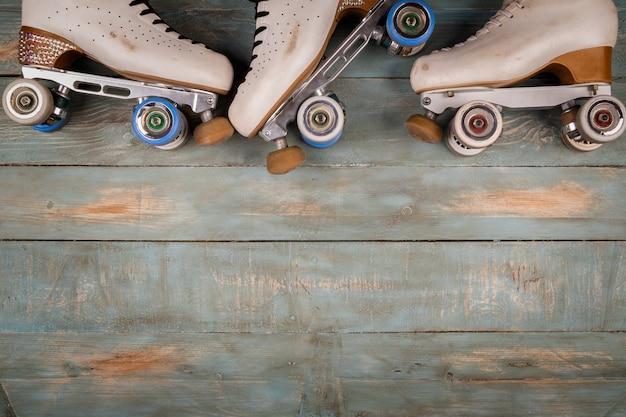 Patins de rolo artísticos em um fundo de madeira Foto Premium