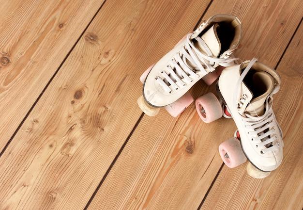 Patins em um piso de madeira Foto Premium