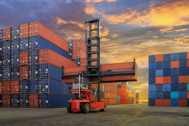 Pátio de contêiner industrial para negócios de logística de importação e exportação Foto Premium