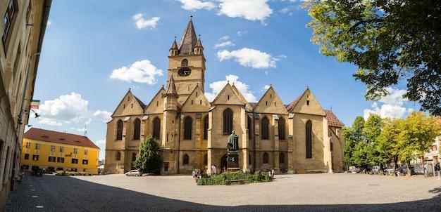 Pátio principal da catedral luterana de santa maria em romeno sibiu Foto Premium