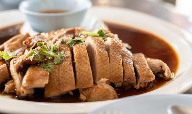 Pato assado em estilo tailandês para o jantar do ano novo chinês, Foto Premium