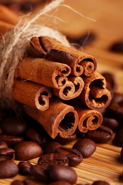 Paus de canela e grãos de café Foto gratuita