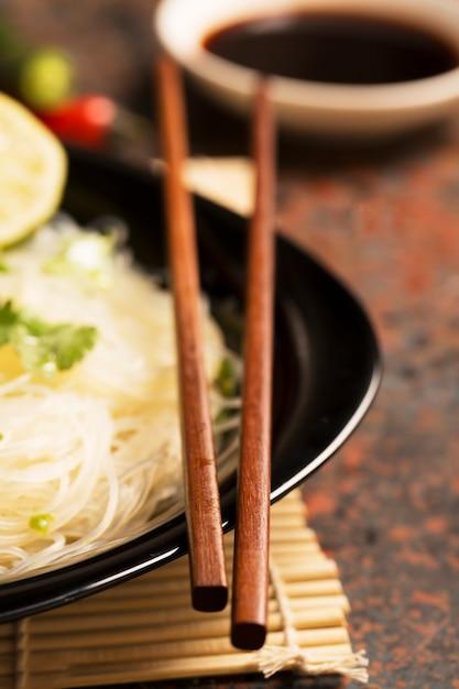 Pauzinhos chineses na chapa preta Foto Premium