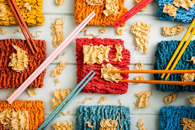 Pauzinhos e macarrão ramen colorido de vista superior Foto gratuita
