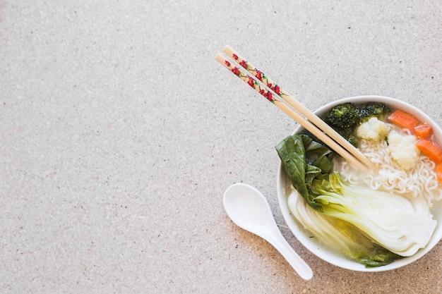Pauzinhos na sopa asiática Foto gratuita