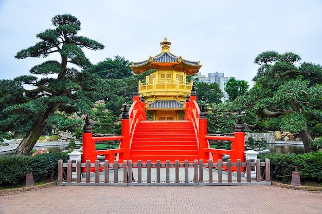 Pavilhão dourado da dinastia tang no convento de chi lin, hong kong Foto Premium