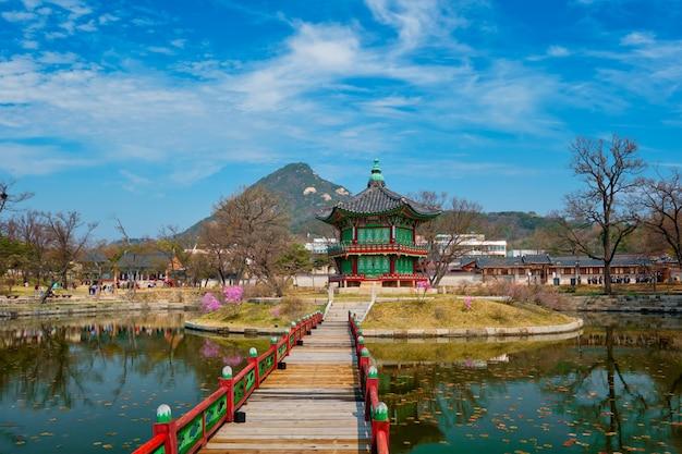 Pavilhão hyangwonjeong, palácio gyeongbokgung, seul, coréia do sul Foto Premium