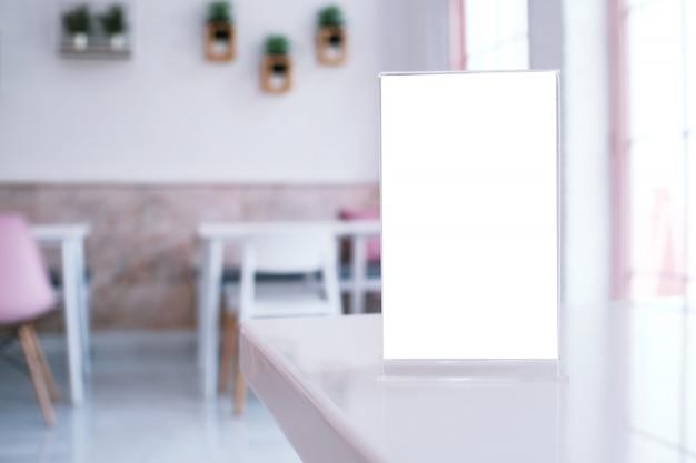 Pé de quadro de menu na mesa de madeira no bar restaurante café Foto Premium