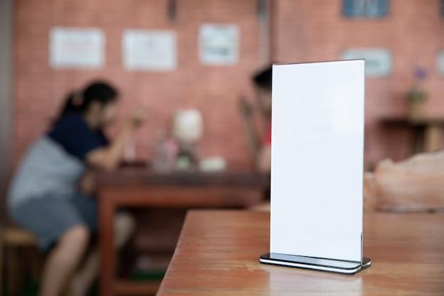 Pé de quadro de menu na mesa de madeira Foto gratuita