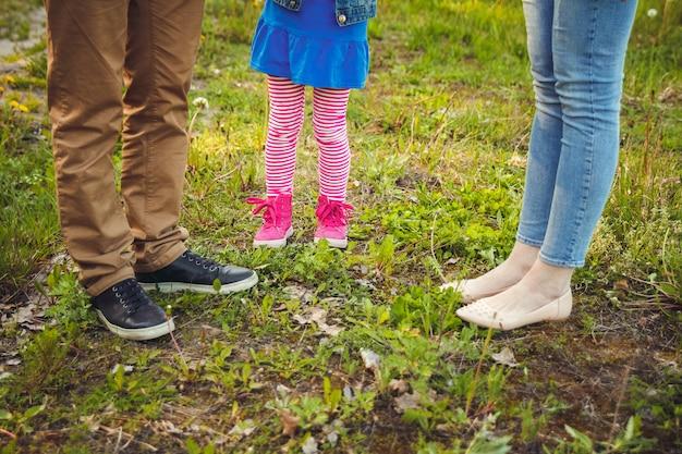 Pé na criança e nos pais durante a caminhada Foto Premium