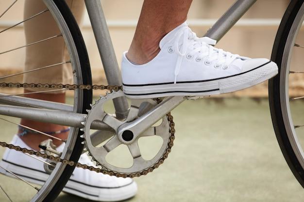 Pé no pedal antes de começar a pedalar Foto gratuita