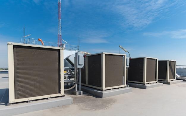 Peça da máquina do compressor de ar do sistema do condicionador de ar na plataforma do telhado com fundo do céu. Foto Premium