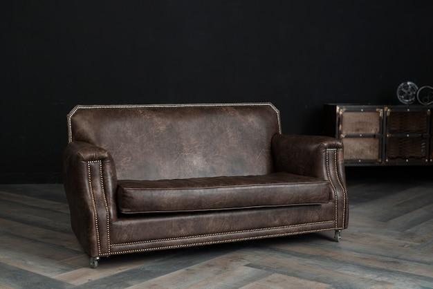 Peça de mobiliário de couro no quarto escuro Foto gratuita