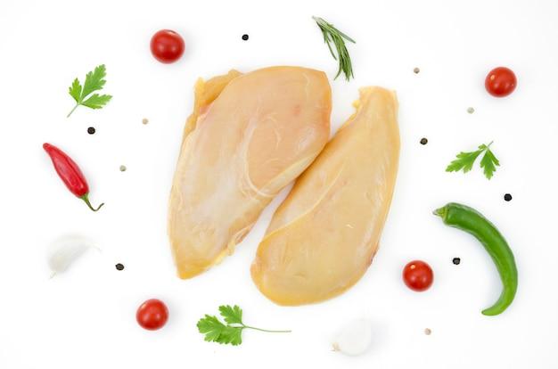 Peças de frango cru com ingredientes diferentes Foto gratuita