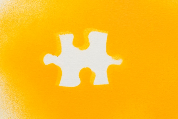 Peças de quebra-cabeça branca em fundo amarelo Foto gratuita
