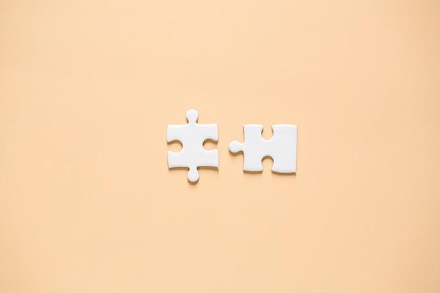 Peças de quebra-cabeça em rosa Foto gratuita