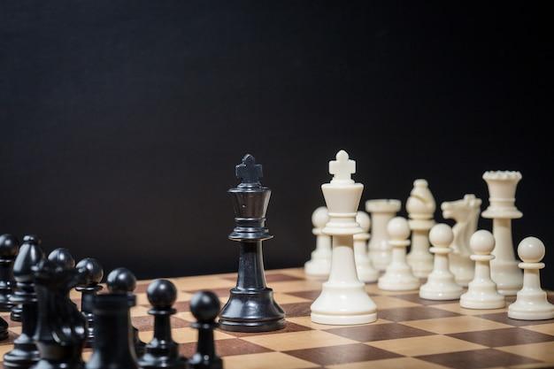 Peças de xadrez em um tabuleiro de xadrez Foto Premium