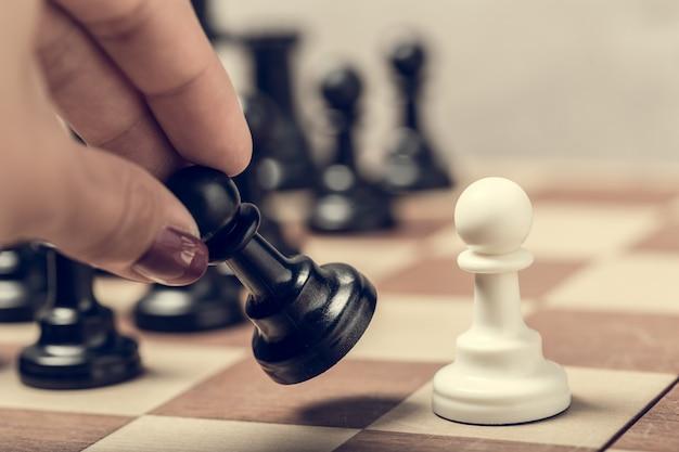 Peças de xadrez no tabuleiro em desfoque foco seletivo Foto Premium