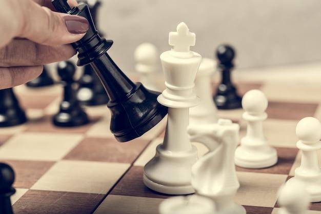 Peças de xadrez no tabuleiro em foco seletivo de desfoque Foto Premium