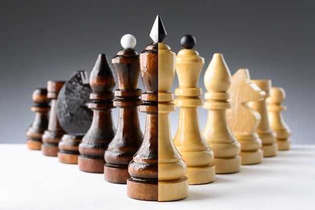 Peças de xadrez preto e branco em uma tabela Foto Premium