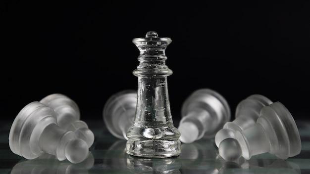 Peças de xadrez transparentes a bordo Foto gratuita