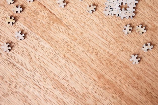 Peças do puzzle em branco na mesa de madeira Foto Premium