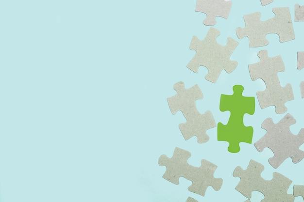 Peças do quebra-cabeça em um fundo azul claro em uma vista superior com espaço de cópia Foto Premium