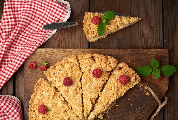 Peças triangulares cortadas de torta de crumble com maçãs Foto Premium