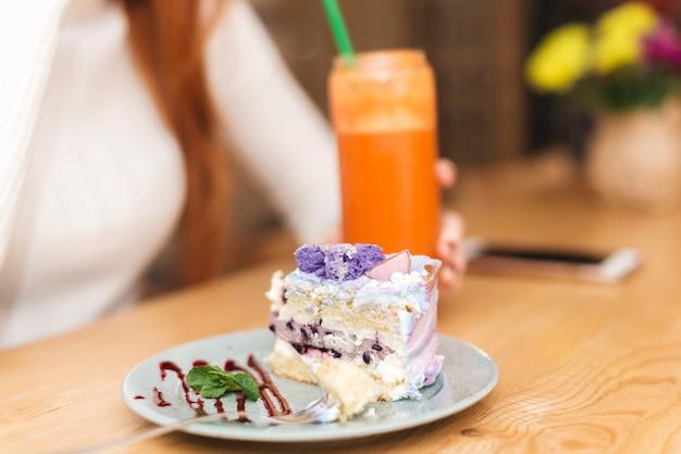 Pedaço de bolo de mirtilo delicioso na placa sobre a mesa Foto gratuita